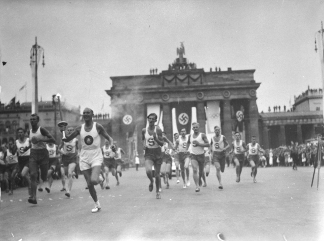 hitler-torch-ceremony-1936